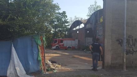 MONCALIERI - Incendio nel cortile della ex Firsat, a fuoco un cumulo di spazzatura  - LE FOTO -