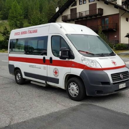 NICHELINO - La rom si rifiuta di andare in ospedale. E i parenti colpiscono lambulanza con una sassaiola