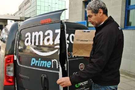 RIVALTA - Rapinatori assaltano un furgone pieno di pacchi Amazon: lautista minacciato con un taglierino