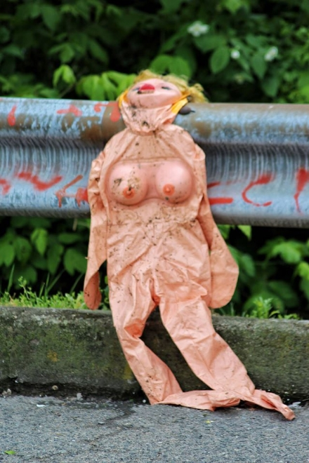 MONCALIERI - Oltre ai sacchi di rifiuti, si abbandonano anche le bambole gonfiabili usate