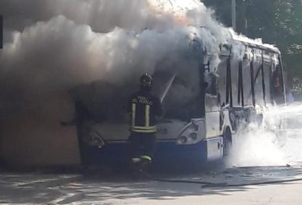 MONCALIERI - Un altro pullman Gtt prende fuoco al capolinea: provvidenziale intervento dei vigili del fuoco - FOTO