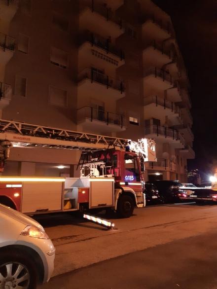 BEINASCO - Crollano calcinacci da un palazzo: chiuso il tratto di strada e rimosse le auto