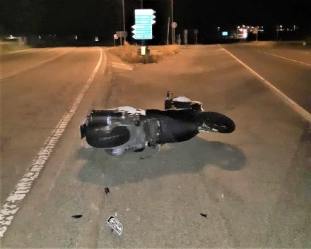 PIOBESI - Auto pirata travolge uno scooter e scappa. Un uomo ferito gravemente: ha subito la sub-amputazione di una gamba