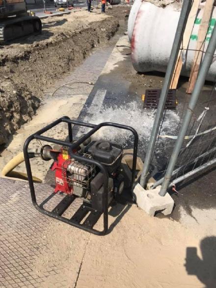 MONCALIERI - Un altro tubo dellacqua rotto durante i cantieri e decine di cittadini a secco
