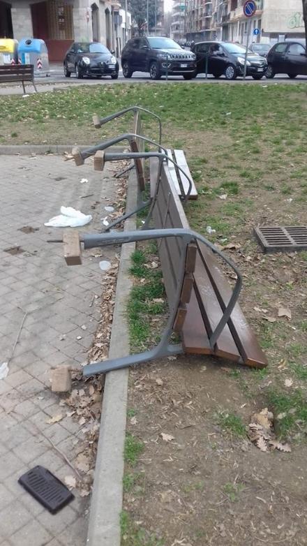 NICHELINO - Vandali ribaltano le panchine nel parco di via Stupinigi