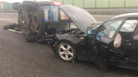 BEINASCO - Si ribalta furgoncino di una squadra di calcio, cinque feriti