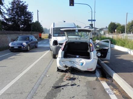 LA LOGGIA - Ubriaco alla guida di un furgone: provoca un grave incidente con due feriti