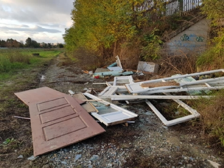 MONCALIERI - Cumulo di rifiuti abbandonati in strada SantAmbrogio