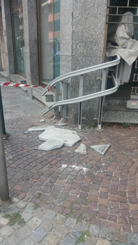 NICHELINO - Crollano lastre di marmo dalla facciata di un palazzo