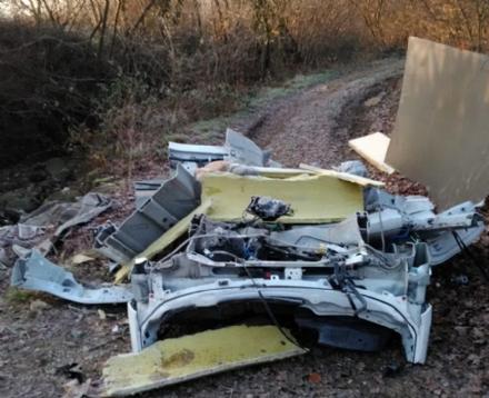 PIOSSASCO - Nuova discarica abusiva: rottami dauto sul Rio Torco