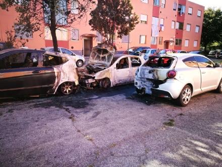 BEINASCO - Un incendio nella notte distrugge tre auto e due moto in via Aldo Moro - LE FOTO -