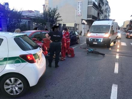 NICHELINO - Apre la portiera e colpisce il ciclista, che finisce al Cto