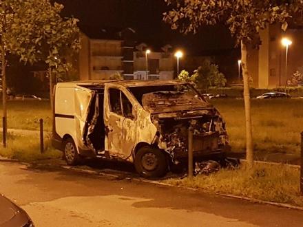 LA LOGGIA - A fuoco un furgone in via Montale nella serata di giovedì 4 maggio