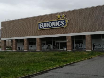 RIVALTA - Tenta di rubare da Euronics e aggredisce il direttore