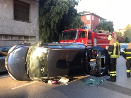 CARMAGNOLA - Lancia Ypsilon si ribalta in via Ronco: paura nel pomeriggio