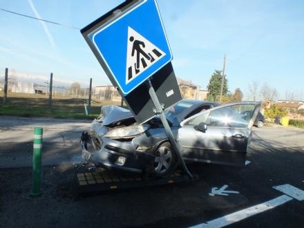 VINOVO - Scontro in via Sestriere tra due vetture: due feriti