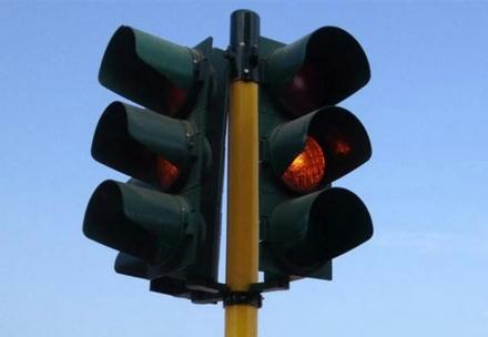 NICHELINO - Un guasto tecnico manda in tilt il semaforo della Crociera