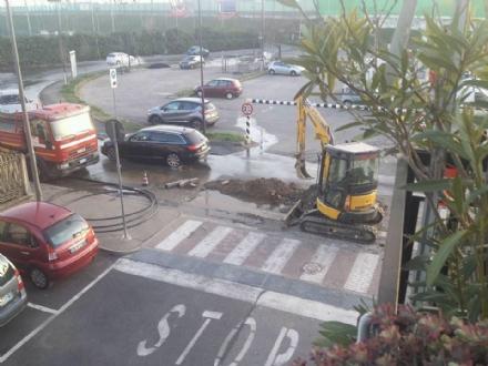 BEINASCO - Scavano per la fibra ottica ma si rompe tubatura: residenti a secco