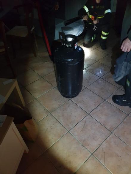 CARMAGNOLA - Incendio nella notte in un appartamento di via Rubatto: bombola gas rischiava di esplodere