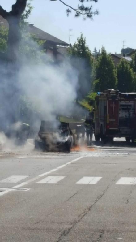 MONCALIERI - Auto in fiamme in strada Revigliasco. Salvo il conducente