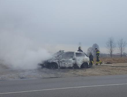 NICHELINO - Auto si accosta sulla piazzola e prende fuoco