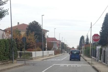 BRUINO - Si ferma per chiudere il cancello e i ladri le rubano la macchina