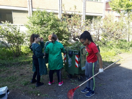NICHELINO - I ragazzi della scuola Pellico riqualificano il cortile dellistituto