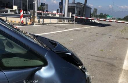 TROFARELLO - Ubriaca al volante si schianta contro il casello della tangenziale
