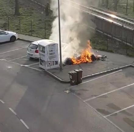 NICHELINO - Vandali danno fuoco ai cassonetti dei rifiuti in via Bengasi