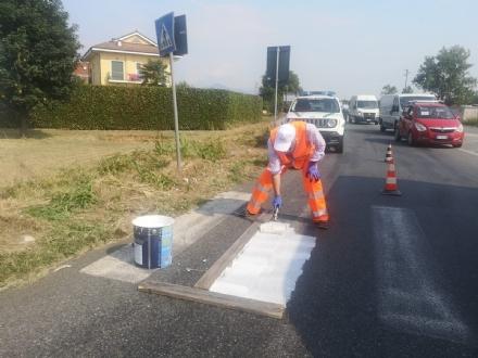 RIVALTA - Il sindaco traccia le strisce pedonali sulla provinciale dove venne investita una donna incinta