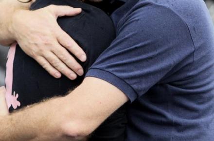 MONCALIERI - Lo abbraccia fingendosi una vecchia amica e gli ruba il portafogli