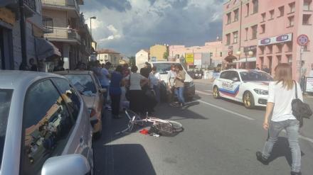 NICHELINO - Grave incidente in via Torino, anziano ciclista investito da un furgoncino