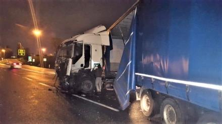 BEINASCO - Camion si schianta sulla tangenziale di Torino: autista ferito - FOTO