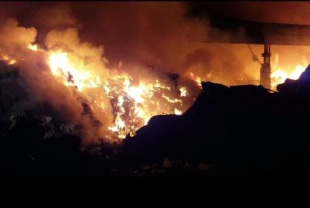 LA LOGGIA - Alla Cmt è un disastro: il capannone a rischio crollo, fiamme mangiano tutto