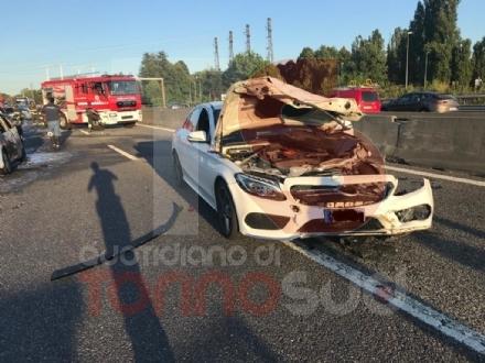 NICHELINO - Grave incidente in tangenziale: quattro feriti, unauto a fuoco