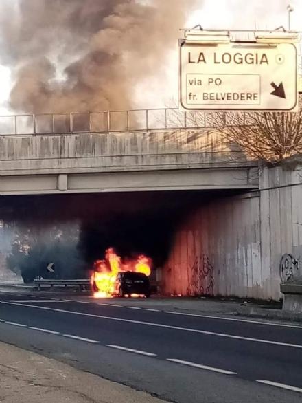 LA LOGGIA - Auto a fuoco sulla circonvallazione: intervengono i vigili del fuoco