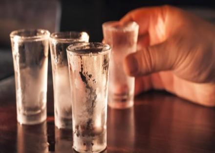 MONCALIERI - Il barman gli versa detersivo per errore: 52enne in ospedale
