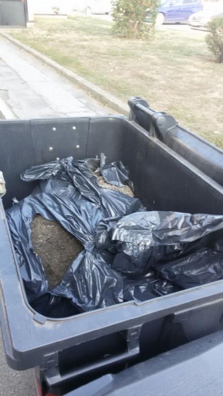 NICHELINO - Cassonetti usati come deposito di rifiuti industriali, i cittadini: «Poi le multe le prendiamo noi»