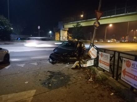 MONCALIERI - Perde il controllo della macchina e si schianta in corso Trieste
