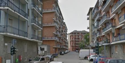 BEINASCO - Crollano calcinacci, paura in un palazzo di via De Nicola