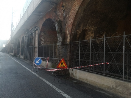 MONCALIERI - Crollano mattoni dal ponte della ferrovia in via Pastrengo