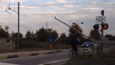 VINOVO - Furgone si schianta contro il passaggio a livello del Dega, traffico in tilt