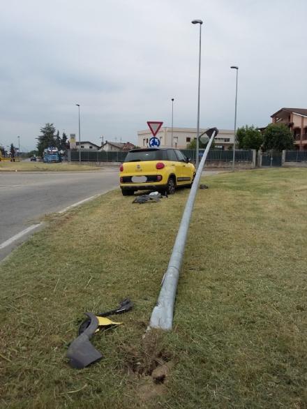 CANDIOLO - Erba alta sulle provinciali e poca luce: automobilisti a rischio