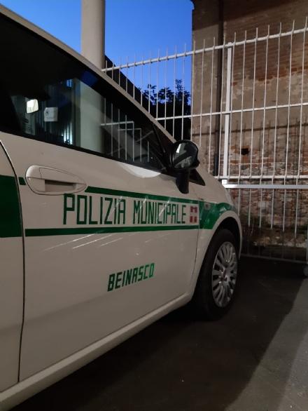 BEINASCO - Senza biglietto aggredisce il controllore sul bus: la polizia locale lo acciuffa