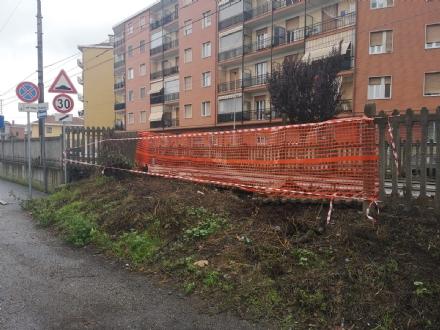 NICHELINO - Cede il terreno e crolla la staccionata della ferrovia