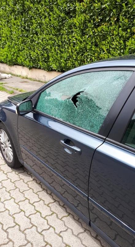 LA LOGGIA - Raid vandalico sulle auto parcheggiate: devastati finestrini e specchietti