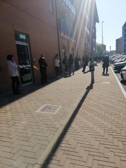NICHELINO - Caos alla posta centrale per la troppa coda: arriva la polizia locale