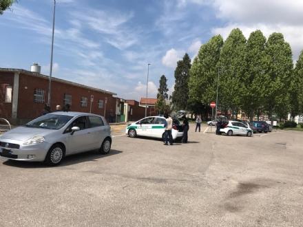 NICHELINO - Due auto si toccano in manovra davanti al cimitero e succede il parapiglia