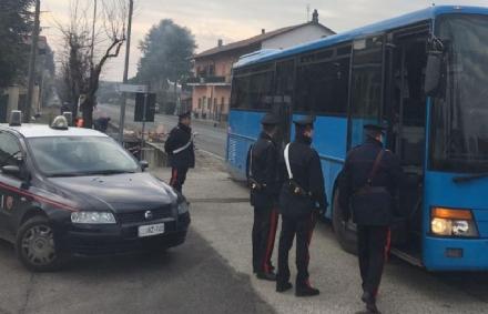 PIOSSASCO - Sputi e insulti ai passeggeri del bus: baby gang fermata dai carabinieri. Un arresto e quattro denunce