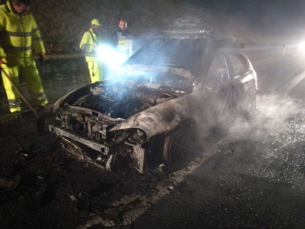 ORBASSANO - Auto a fuoco nella notte sulla Torino-Pinerolo
